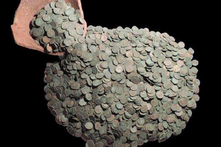 Un'immagine dell'impressionante insieme di monete romane del III e IV secolo d.C. rinvenuto nel Licolnshire