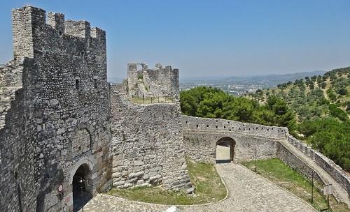 Veduta del castello di Berat, a sud di Tirana: l'imponente fortezza del XIII secolo è raffigurata al dritto dei 10 lek