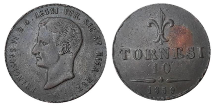 L'esemplare di 10 tornesi romani di Francesco II usato per la determinazione della lega al microscopio elettronico: al rovescio, a destra del giglio, la parte privata della patina per l'effetuazione della misura