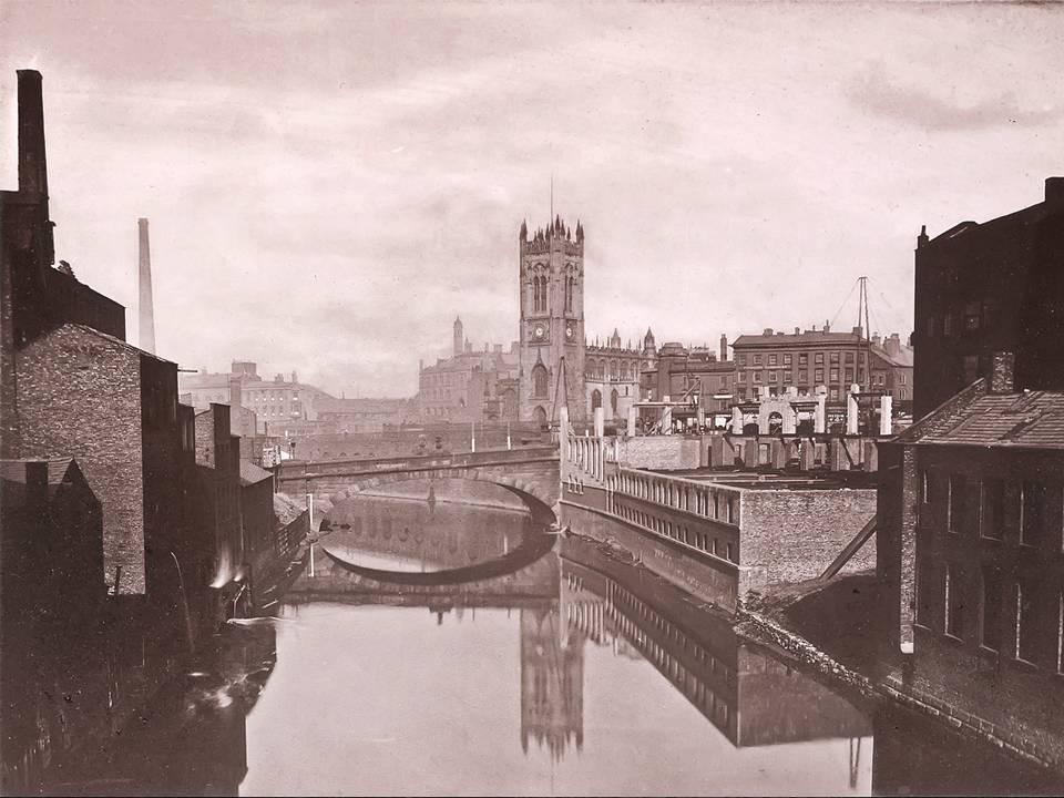 Una foto d'epoca del Victoria Bridge a Manchester, con dietro la chiesa: nei dintorni si trovava la Victoria Music Gallery