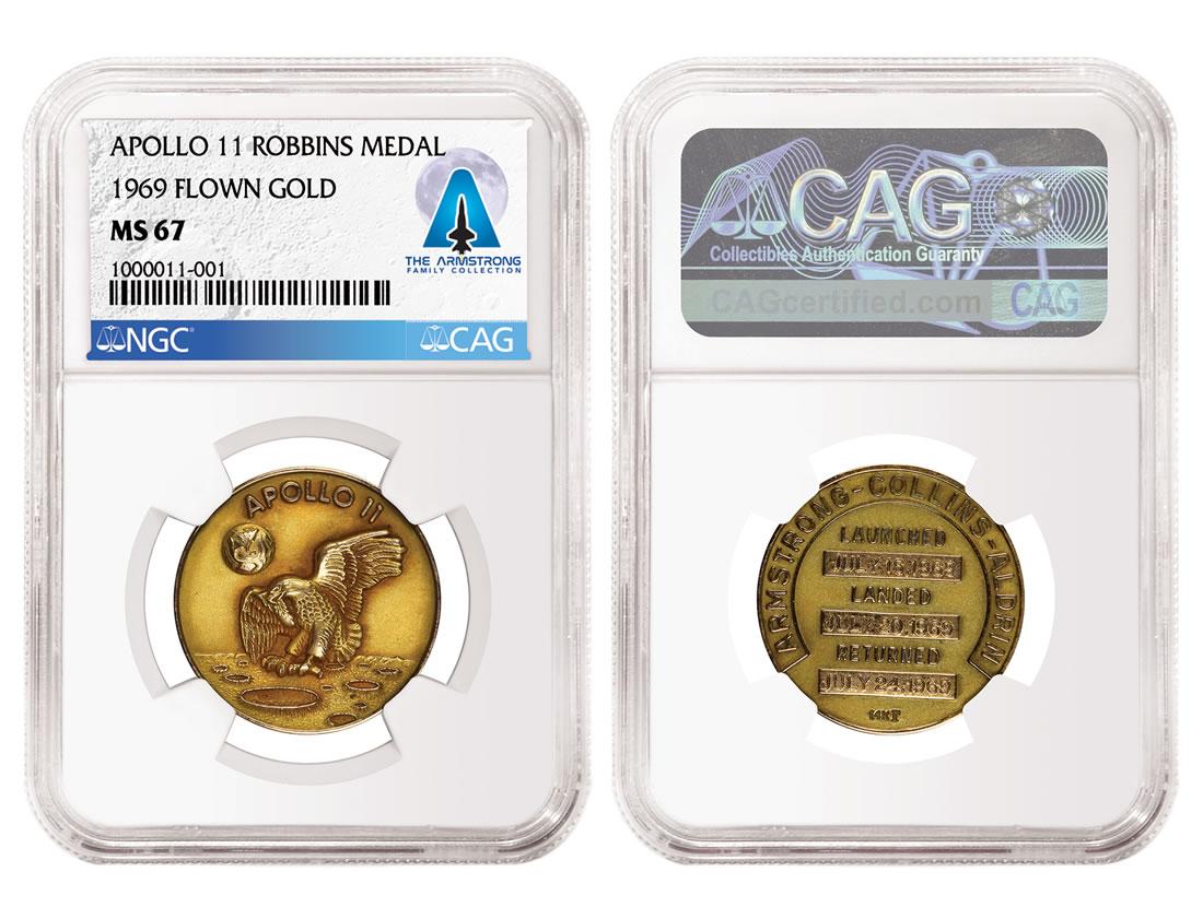 """Pezzo forte della vendita di memorabilia legata a Neil Armstrong, questa medaglia di missione """"Apollo 11"""": ne esistono solo tre esemplari, uno per ciascun uomo che formava l'equipaggio"""