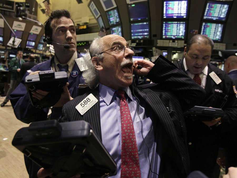 Operatori di borsa nel pieno di una seduta di contrattazioni: con contratti fittizi Merrill Lynch manipolava il prezzo del metallo prezioso