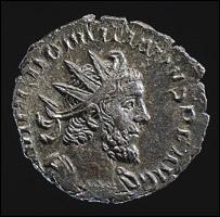 L'antoniniano a nome di Domitianus rinvenuto nel 2003 nell'Oxfordshire (mistura, 20 mm circa). Al D/ busto dell'imperatore, corazzato e con corona radiata, a destra e circondato dalla leggenda IMP(erator) C(aius) DOMITIANVS P(ius) F(elix) AVG(ustus)