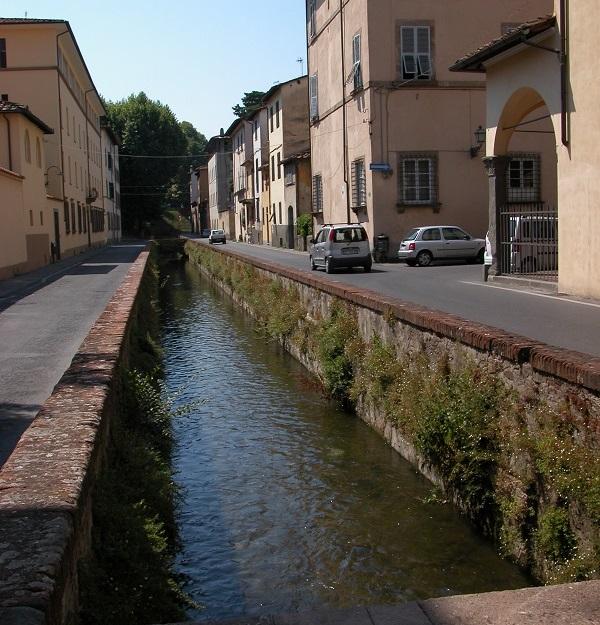 Il fosso, appena entro le nuove mura di Lucca, lungo il quale venne realizzata la prima trafila per monete alla fine del XVII secolo