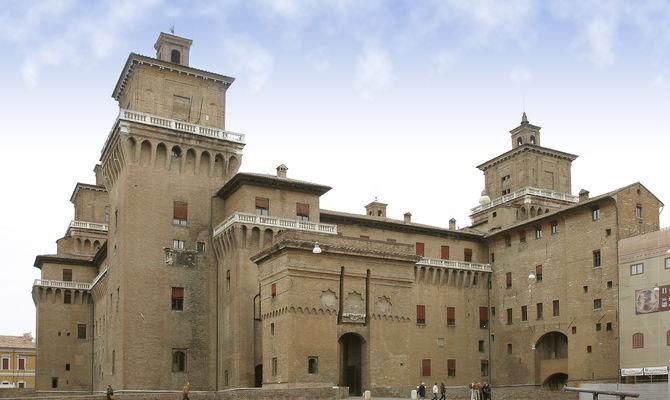 L'imponente castello di Ferrara, residenza principale della dinastia estense