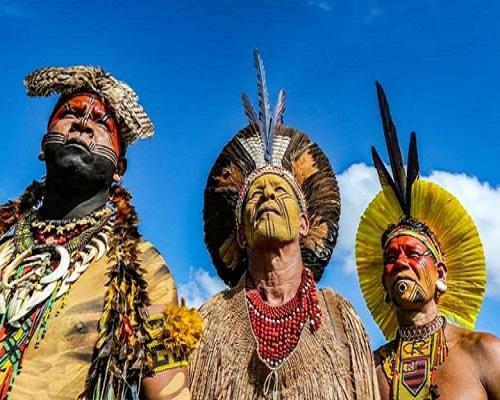 Indios dell'Amazzonia: con la foresta stanno velocemente scomparendo anche culture, tradizioni millenarie, l'identità di interi popoli
