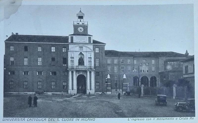 L'ingresso dell'Università Cattolica di Milano in Largo Agostino Gemelli in una cartolina d'epoca