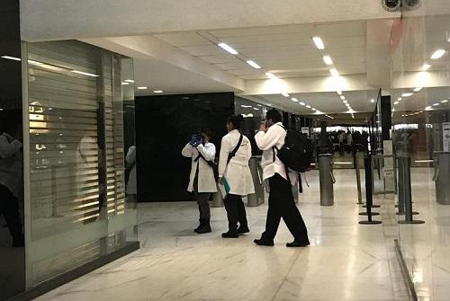La polizia scientifica durante i rilievi nel caveau