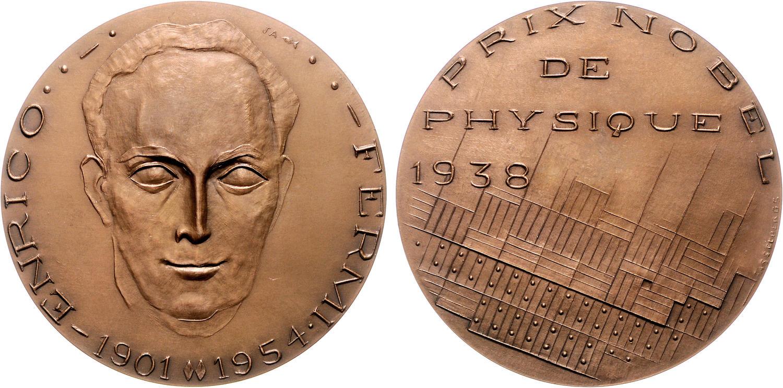 Medaglia di produzione tedesca opera di JKean Asselbergs coniata nel 1973 (Ae, mm 81, g 229) nell'ambito di una serie dedicata ai Nobel: il fisico italiano lo vinse nel 1938