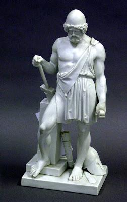 Statuetta di fattura moderna raffigurante vulcano con incudine, martello, sul capo un pileo