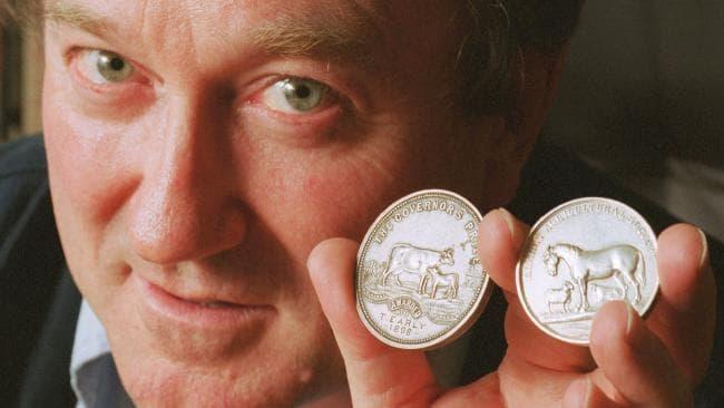 Il numismatico Jim Noble mostra altre due fra le tante rarità messe all'asta dalla sua azienda in questi ultimi anni