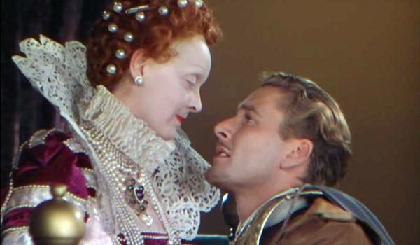 Errol Flynn tra le braccia di Bette Davis (lei, nei panni di Elisabetta I) nella pellicola del 1939