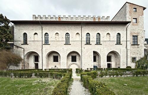 Il suggestivo Palazzo Ducale di Gubbio, sede museale che ospiterà la mostra numismatica sulle monete dedicate a sant'Ubaldo