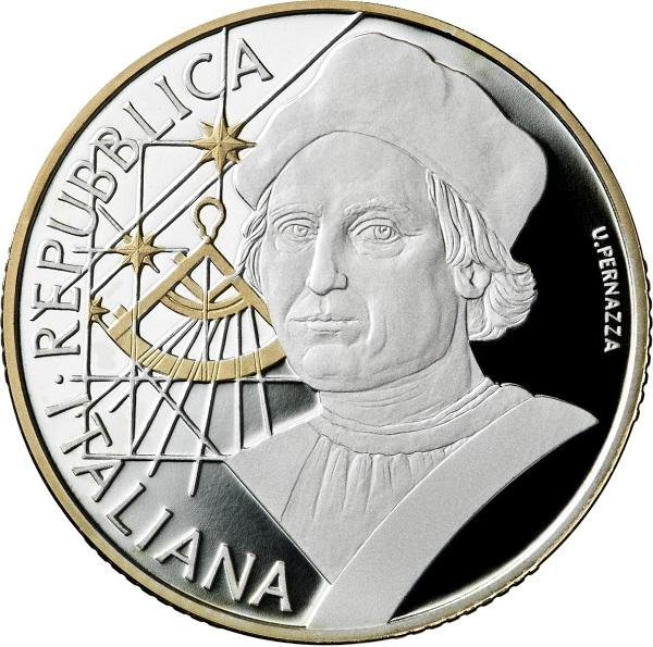 Espressivo nel ritratto, ben composto con gli elementi secondati e discreto nelle dorature, ecco il dritto dei 10 euro italiani per Cristoforo Colombo