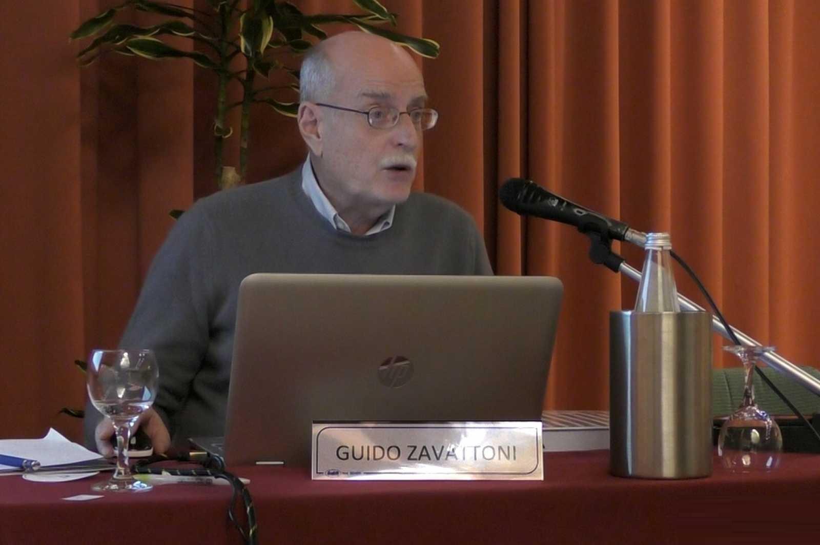 Guido Zavattoni, esperto di pesi e bilance per monete, durante una conferenza tenuta a Milano
