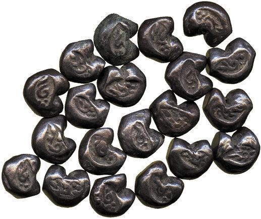 """Lotto di """"tikal"""" in argento del tipo cosiddetto """"a pallottola"""" per la loro forma simile ai proiettili di fucile"""