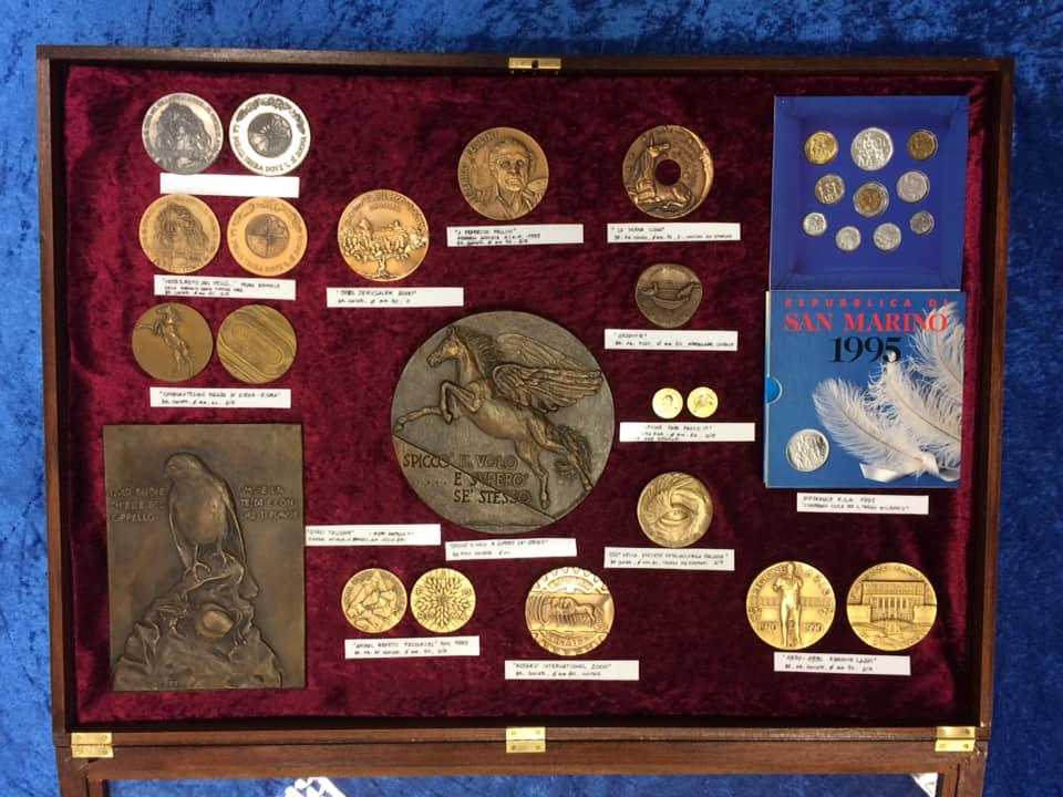 Tre degli espositori che mostravano a Riccione parte della produzione numismatica e medaglistica di Loredana Pancotto