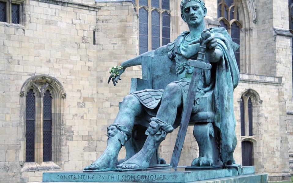 Monumento a Costantino il Grande collocato all'esterno della Minster Cathedral di York, nel Regno Unito