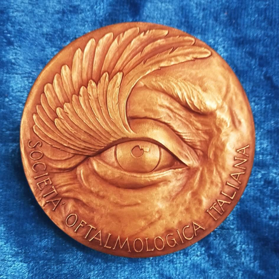 Il dritto della medaglia celebrativa per i 150 anni della SOI