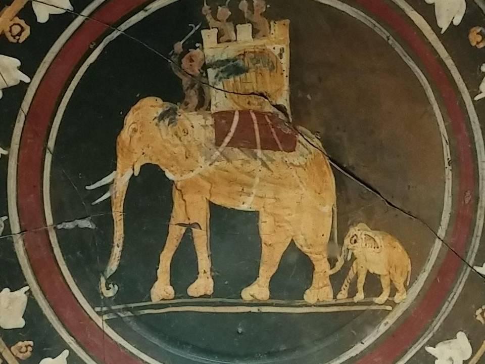 Dettaglio di piatto faliscio che ricorda la vittoria di Curio Dentato su Pirro e le sue armate