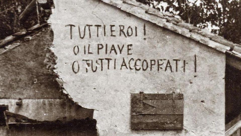 Foto d'epoca di una delle case bombardate di Fagaré con le esortazioni alla resistenza scritte dai soldati
