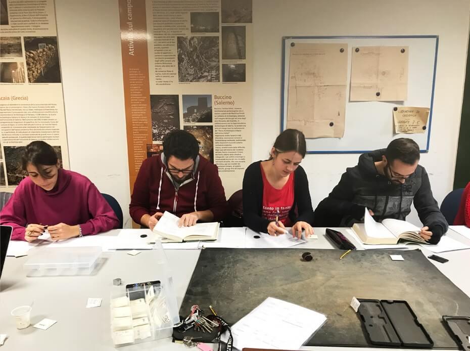 Studenti e ricercatori durante la catalogazione degli esemplari