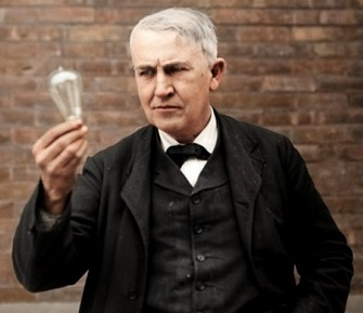 Thomas Edison con una delle sue celebri lampadine