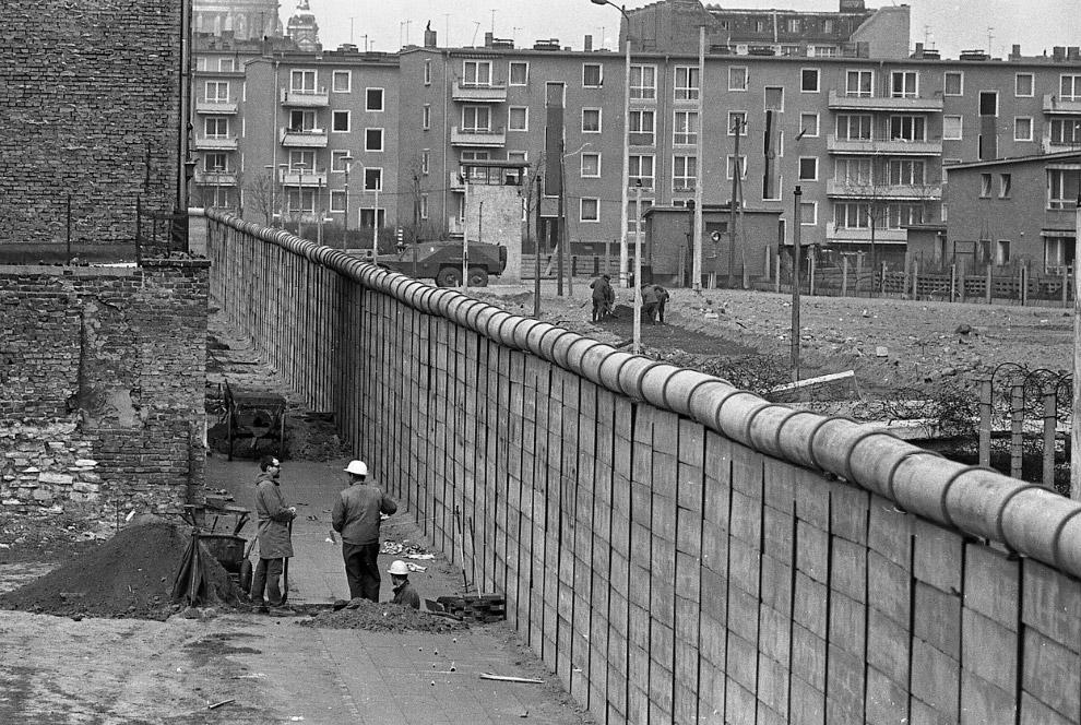 Anno 1961: una storica immagine dell'edificazione del Muro che divise in due Berlino e l'Europa