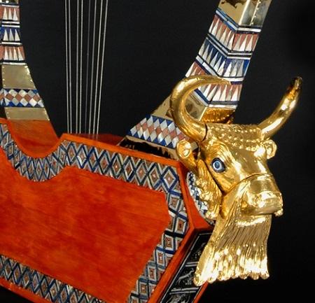 La lira di Ur, dettaglio della protome taurina ricoperta d'oro che la rende uno dei reperti più suggestivi della civiltà mesopotamica