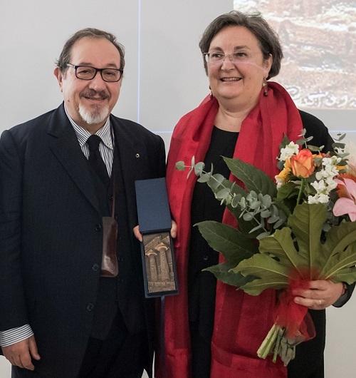 Il maestro Patroni consegna il premio, una placchetta d'arte, alla professoressa Colonna