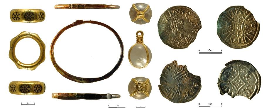 Anelli, bracciali e pendenti oltre a monete e lingotti: ecco cosa custodiva il tesoro di Leominster, di grande valore e venduto illegalmente: qui alcuni dei pochi oggetti recuperati durante le indagini