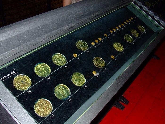 Una delle teche del museo che ospitavano la selezione di 83 solidi sui 498 del tesoro