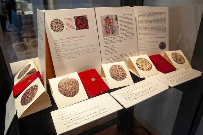 Rare monete, ingrandimenti fotografici, testi divulgativi e rigorosi: questi alcuni degli elementi chiave della mostra di Gubbio