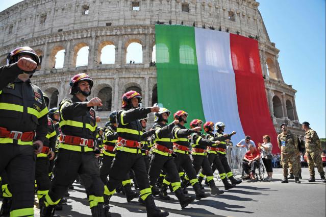 Vigili del Fuoco in parata in occasione della festa del 2 giugno ai Fori Imperiali a Roma