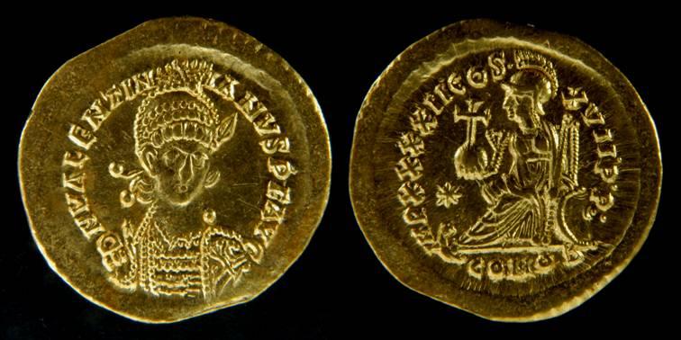 Solido di Valentiniano III (441-450) per Costantinopoli (Au, g 4,49, mm 21,0) dal tesoro di Sovana. © Soprintendenza per i Beni archeologici della Toscana