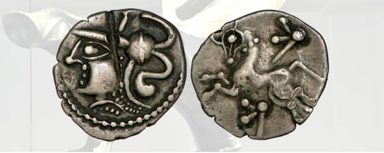 6. Denario in argento della tribù celtica degli Aulerci Cenomani, 80-50 a.C. circa, De La Tour 5980. D/ Volto con copricapo decorato. R/ Cavallo al galoppo fra due carnyx stilizzati