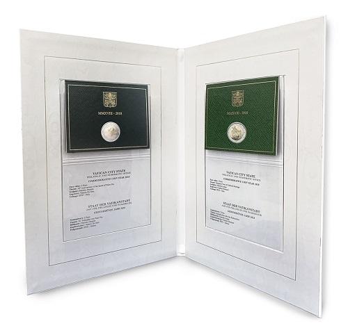 L'interno del Volume numismatico commemorativo 2018 del Vaticano con le monete da 2 euro dell'anno