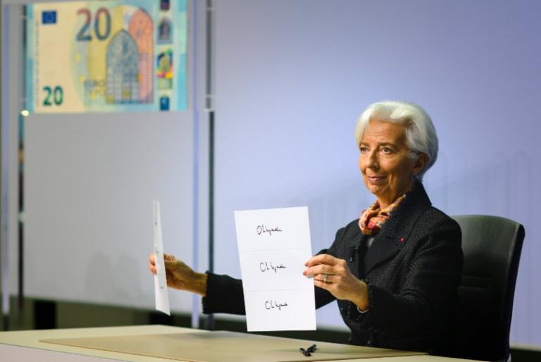 La nuova governatrice della Bce mostra la versione ufficiale della sua firma che sarà impressa sulle euro banconote di prossima emissione