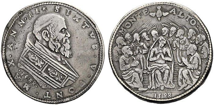 Piastra in argento del 1588 per la zecca di Montalto. Nel nominale per la zecca marchigiana, il ritratto del pontefice, messo a confronto con il precedente pezzo per Roma, rivela in maniera indubbia che l'esecutore dei coni sia sempre il Tronci