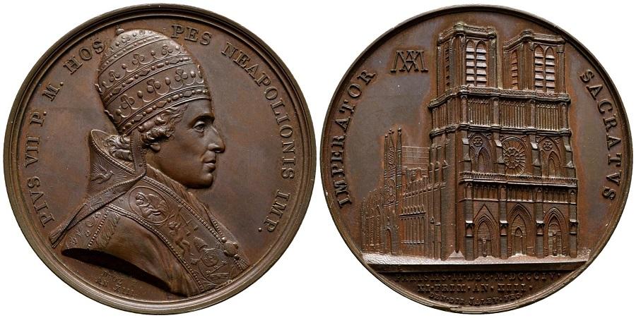 La splendida medaglia firmata Jean-Pierre Droz (dritto) e da Louis Jaley (rovescio) con il ritratto di papa Chiaramonti e la cattedrale parigina di Notre Dame