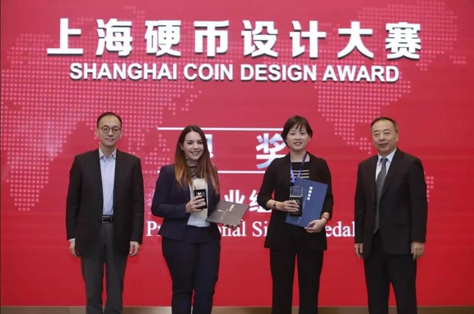 Sandra Deiana riceve dai rappresentati della Shanghai Mint il secondo premio per il design di monete