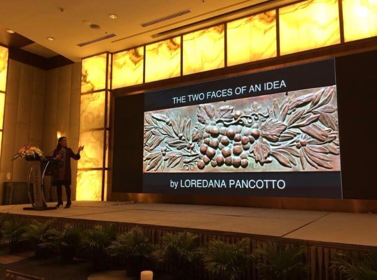 Loredana Pancotto presenta a Shaghai, di fronte ad un'affollata platea di specialisti, le sue opere e il suo metodo di lavoro nella creazione di monete e medaglie d'arte