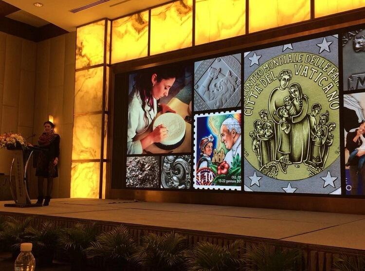 Chiara Principe mostra al pubblico di Shanghai alcune delle sue opere realizzate, fra gli altri committenti, per lo Stato della Cità del Vaticano