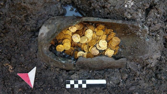 Una bella immagine del tesoro di monete d'oro di Como al momento del suo rinvenimento in centro storico nel 2018