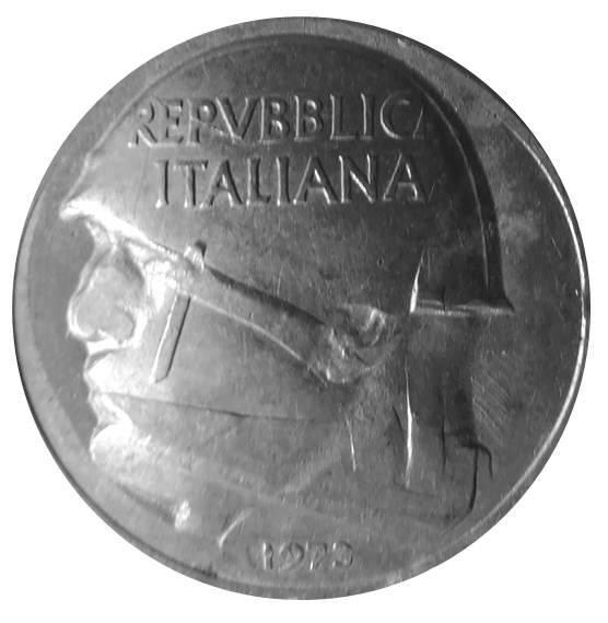 Il dritto della 10 lire ribattuta del 1973 appare convesso e il profilo di Mussolini si compone con l'aratro dell'impronta originaria