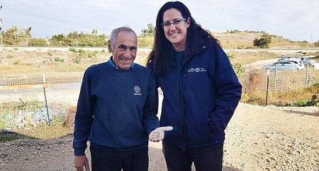 L'archeologa Liat Nadav-Ziv con un collega che mostra alcuni esemplari rinvenuti nel tesoretto e parte del recipiente in terracotta che li conteneva