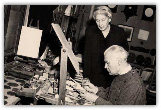 Aurelio Mistruzzi, al tavolo da modellazione, all'opera sotto l'attento sguardo della moglie Melanie, compagna di una vita