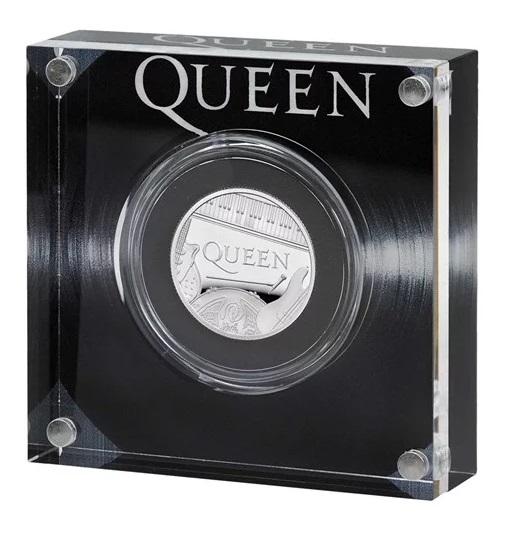 All'insegna del vinile che ha reso famosa la band inglese nel mondo il contenitore della mezza oncia in argento