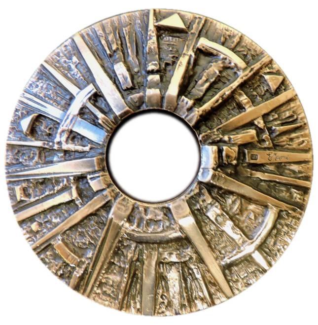 Il magnifico dritto modellato dal maestro Egisto Magni per la medaglia calendario 2020: una sintesi simbolica ancestrale e moderna dedicata al Sole, la nostra stella