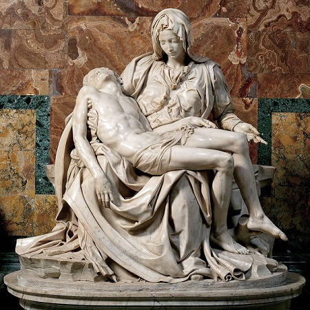 """La """"Pietà"""" scolpita da un Michelangelo appena ventiquattrenne, simbolo universale del connubio tra art e fede"""